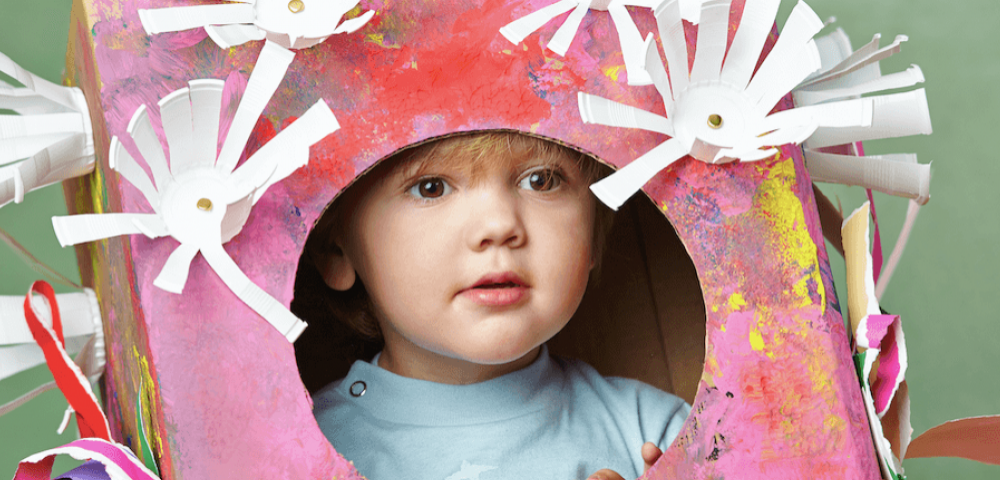 Créez un déguisement coloré avec du matériel de récup'