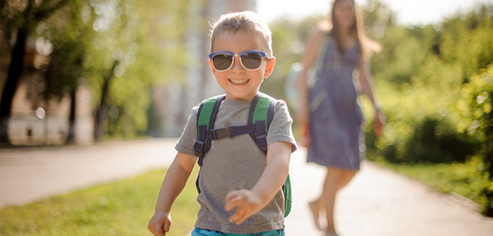 enfant, maman, cartable, lunettes de soleil, sourire