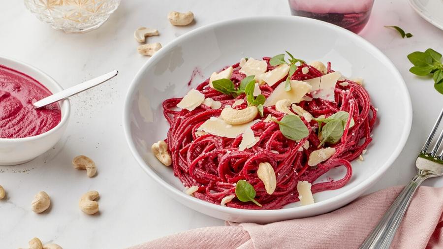 Pasta met roomsaus van rode biet en cashewnoten