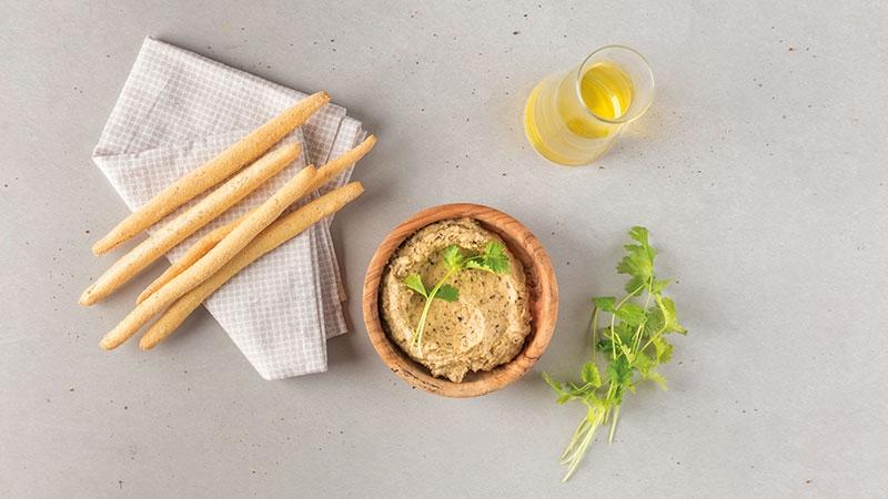 olijfolie, crackers, auberginekaviaar, koriander
