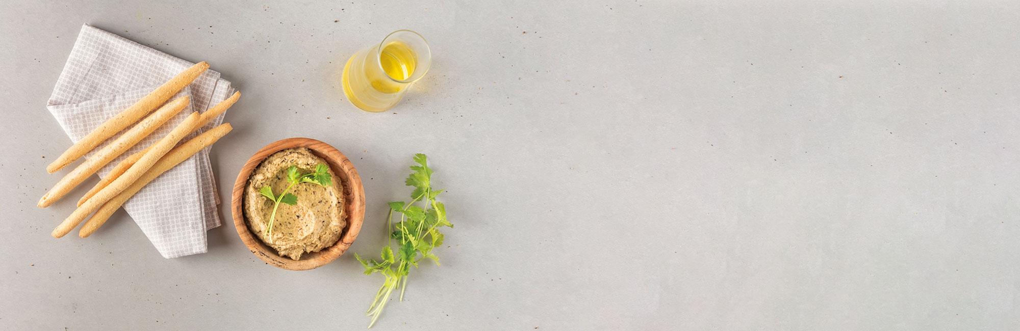 Huile d'olive, crackers, caviar d'aubergines, coriandre