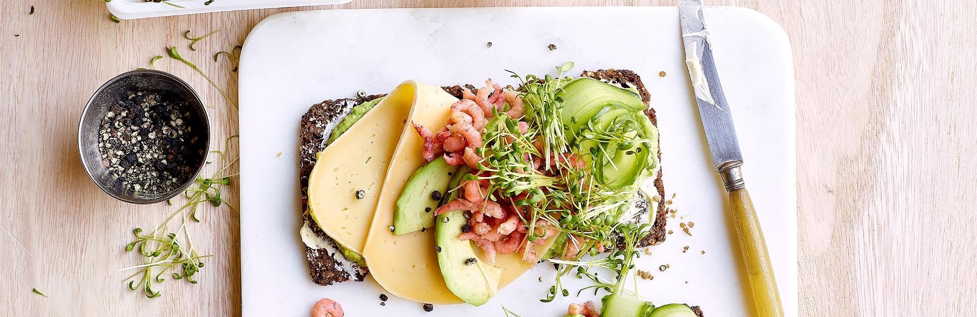 brood, kaas, komkommer, garnalen, tuinkers, avocado, pesto, avocadopesto