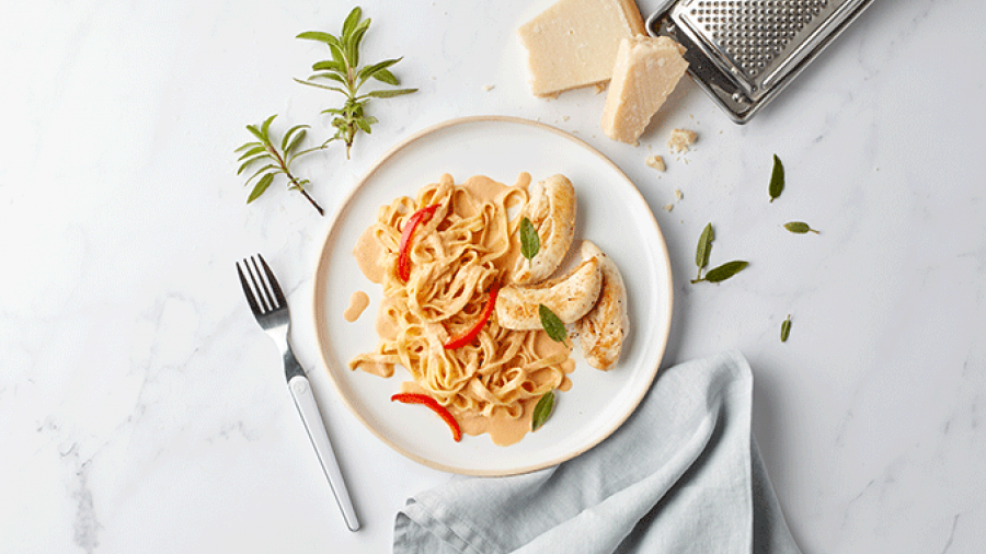 Pasta met geroosterde paprikaroom en gevogeltehaasjes