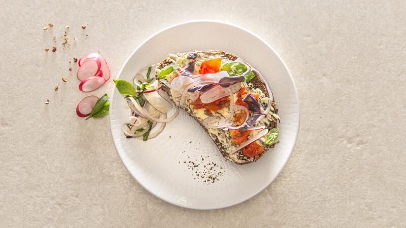 Tartines au beurre de radis, aux oignons rouges et basilic frais