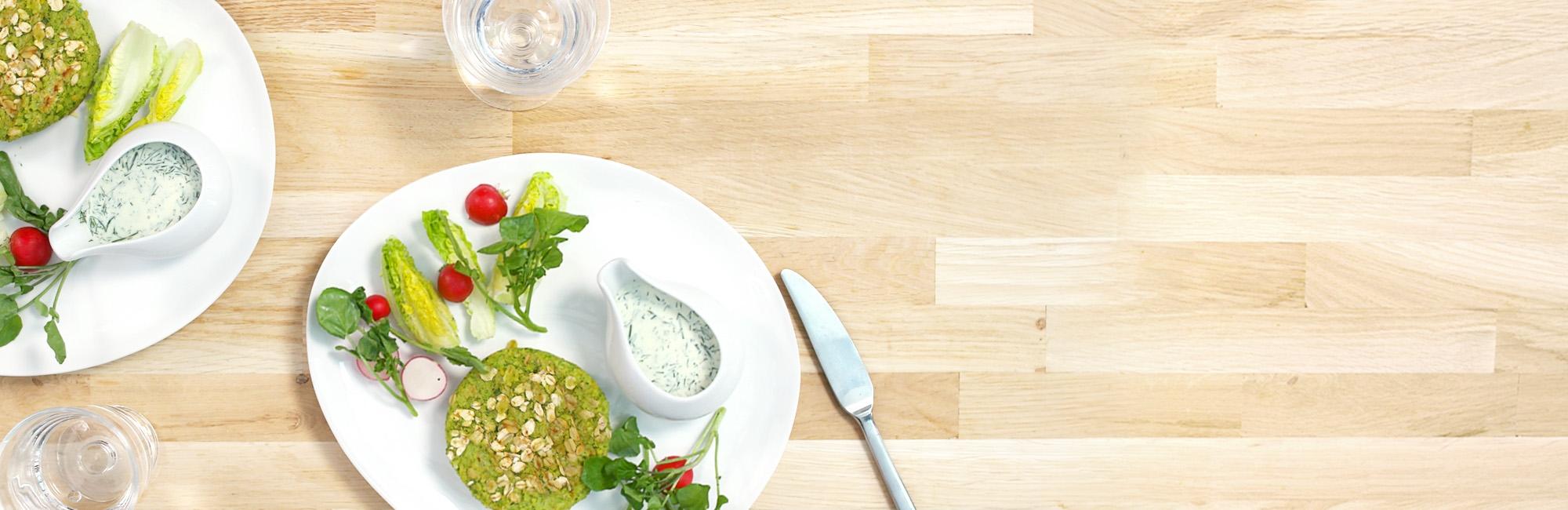 groenteburger, kikkererwten, dille-roomsaus, rauwkostsalade