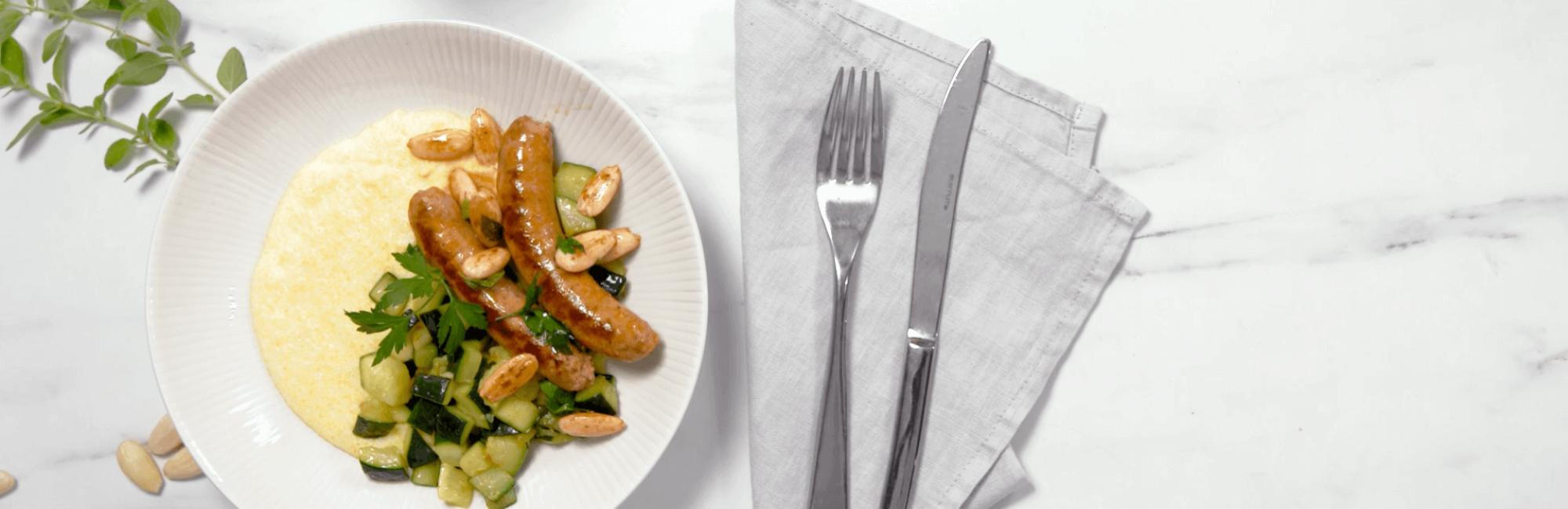 Merguez, amandelen, courgette, polenta