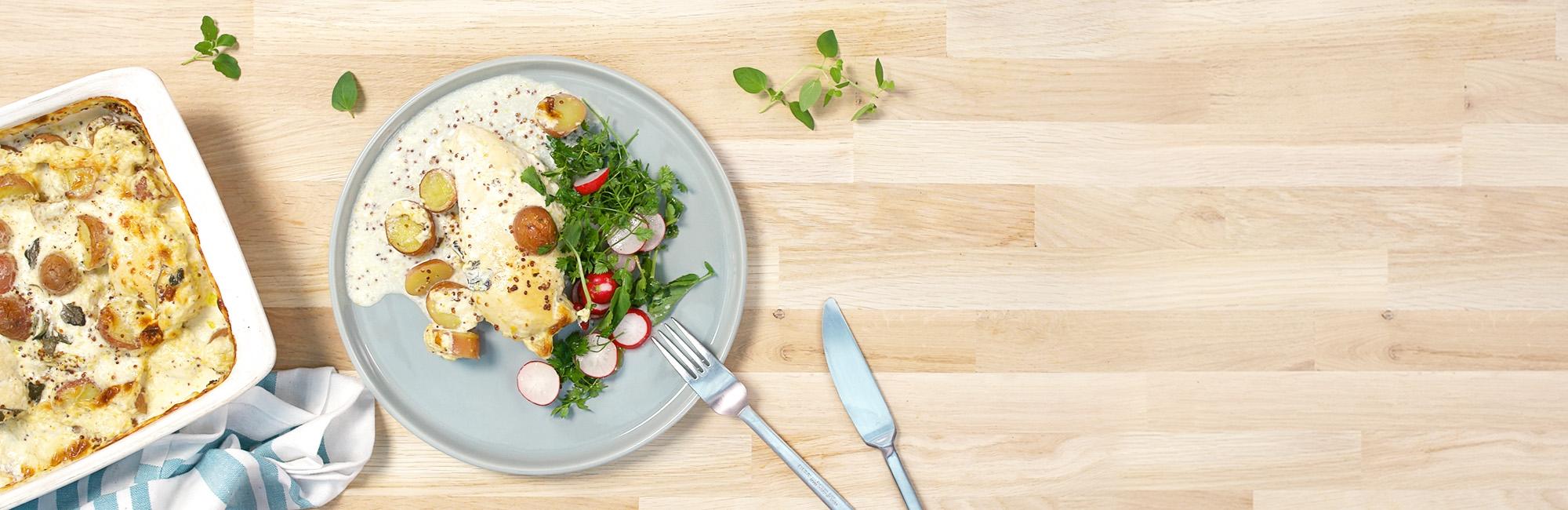 Kipfilet, ovengebakken aardappelen, slaatje van radijs, kervel, mosterdsaus