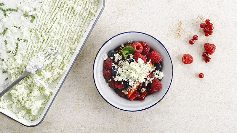 rode vruchten, munt, granité met yoghurt