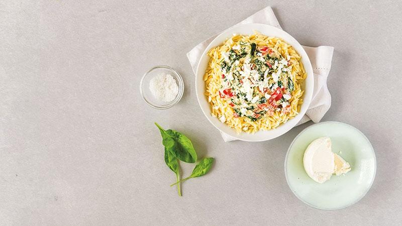 Griekse pasta, saus, basilicum, kaas, spinazie