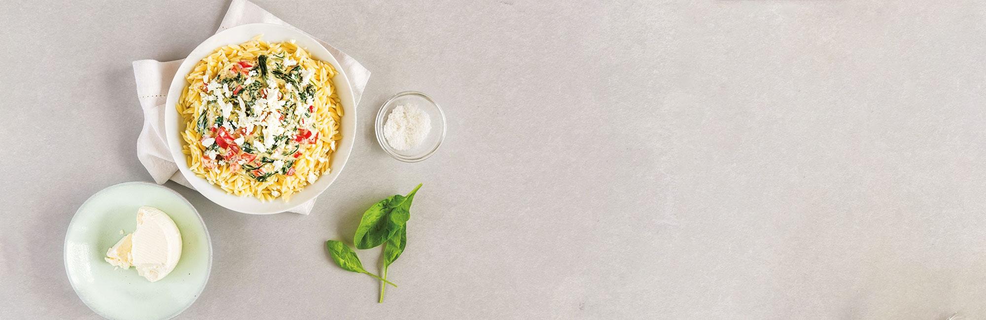 Pâtes grecques, sauce, basilic, fromage, épinards