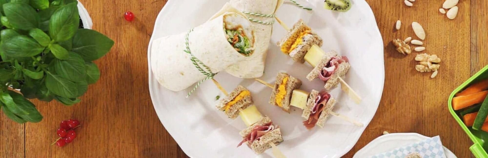 Sandwichbrochettes, wortel-sesamspread, Italiaanse ham, kaasblokjes