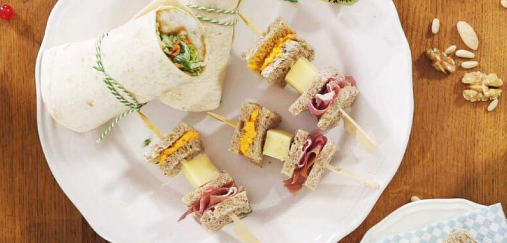 Tartines en brochettes, crème de carotte, sésame, tartines, jambon italien, cubes de fromage