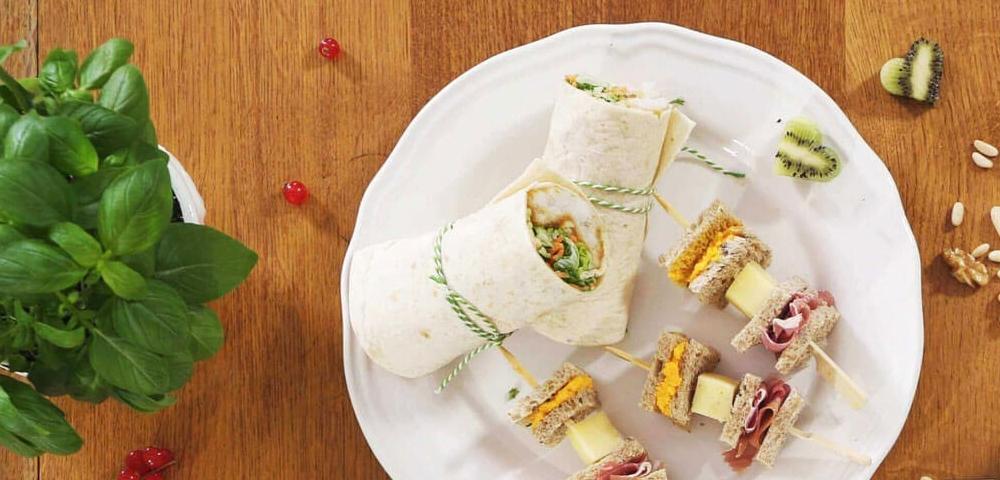 Wrap, poisson pané, spaghettis de courgettes, salade