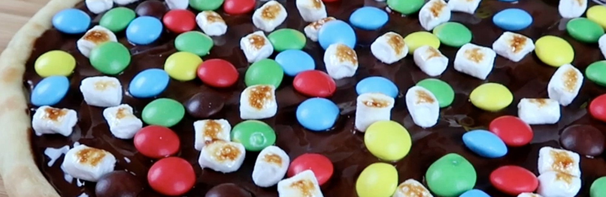 chocolade, m&m's, marshmallows, deeg, pizza