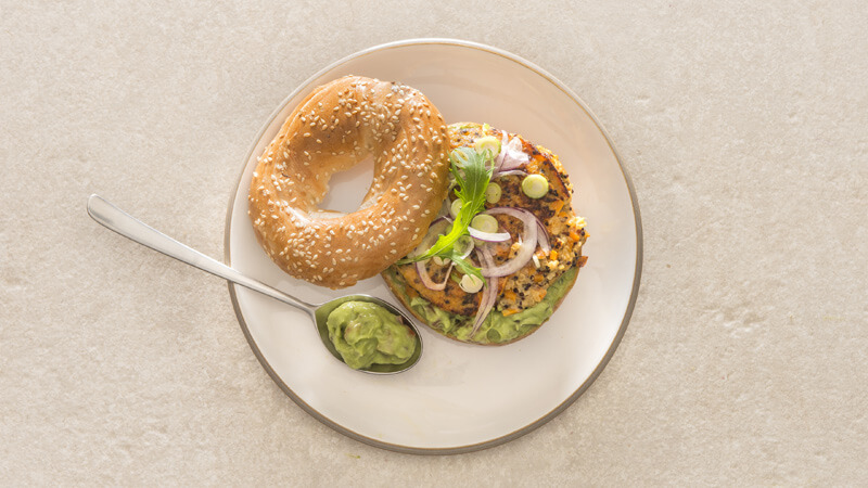Bagel au steak de quinoa et à l'avocat